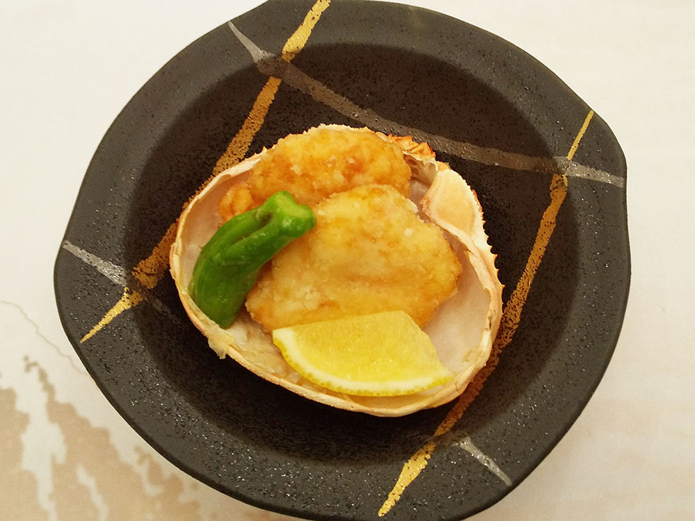 ずわい蟹と海老の真丈揚げ 甲羅盛 レモン・獅子唐